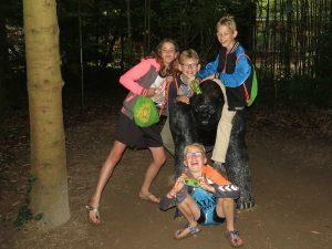 De kinderen poseren met een gorilla bij Apenheul