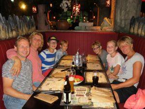 Groepsfoto bij restaurant Fuego Adventure Grill