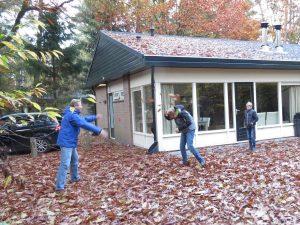 Bladerengevecht bij huisje op Landal Coldenhove