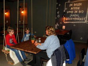 Schommels aan tafel bij het restaurant van Landal Coldenhove