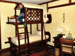 Tycho op het stapelbed in Hotel Ling Bao