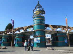 Bij de ingang van het Dolfinarium