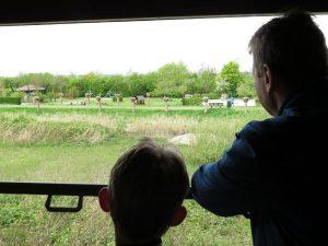 Patrick en Tycho kijken vanuit de trein naar het Zeeuwse landschap