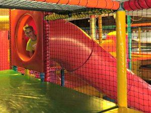 Glijbaan in de indoor speeltuin van het Giga Konijnenhol