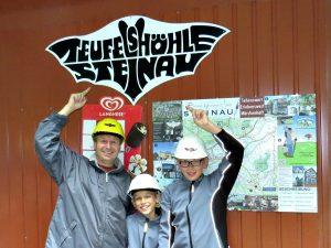 Voor het bord van de Duivelsgrotten in Steinau