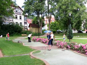 We spelen minigolf in het prachtige dorp Bad Sooden