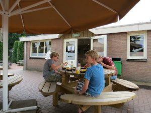 eten op het terras van de snackbar