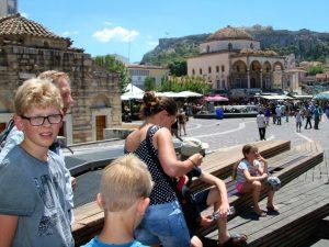 Het Monastraki plein met uitzicht op de Akropolis