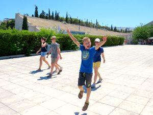 De kids voor het oude Olympisch stadion in Athene