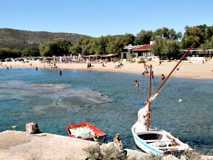 Het strand bij Agia Marina in Attica bij Athene