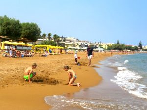 Het strand van Agia Marina op Kreta