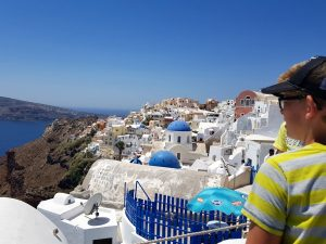 Witte huisjes en blauwe koeptjes in Oia, Santorini