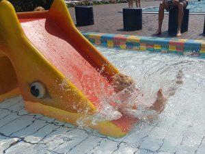 plons in het water