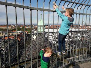 klimmen in hek op toren kopenhagen