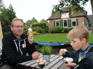 Een lekker ijsje op het terras in Giethoorn