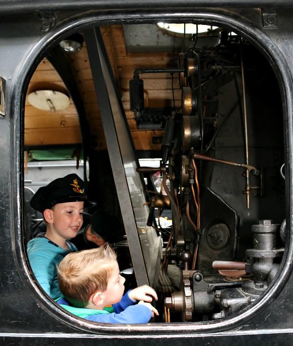 in de locomotief bij het spoorwegmuseum in Odense
