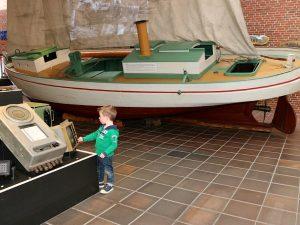 boten en oude scheepsapparatuur bekijken