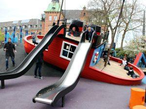 spelen op het speelschip in Tivoli, Kopenhagen