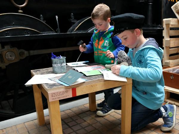 stempels verzamelen in spoorwegmuseum odense
