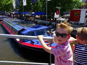 bleu boat zicht op boot met kind