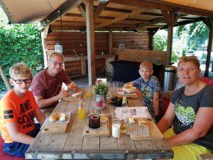 Lunchen op het terras van de Wilgenweard