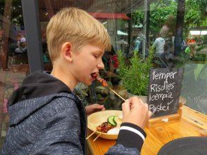 Tycho eet een sateetje bij Taman Indonesia