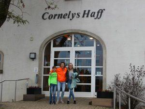 poseren voor de ingang van hotel Cornelys Haff