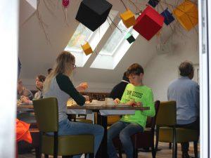 De kids ontbijten samen aan tafel