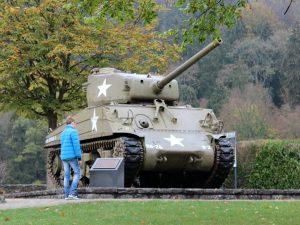 Er staat een gave tank bij het kasteel