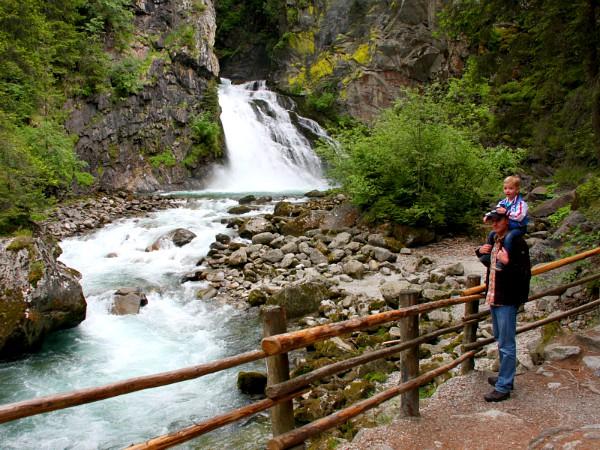 Vader en kind bij de Reinbach Waterval