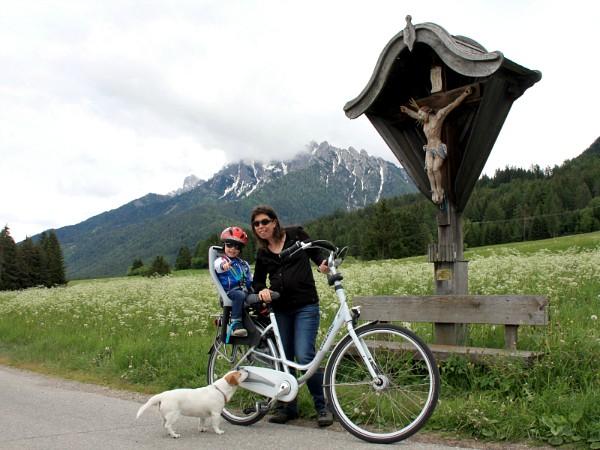 poseren bij jesus beeld op de fiets in de dolomieten
