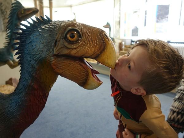 jongen kust dino