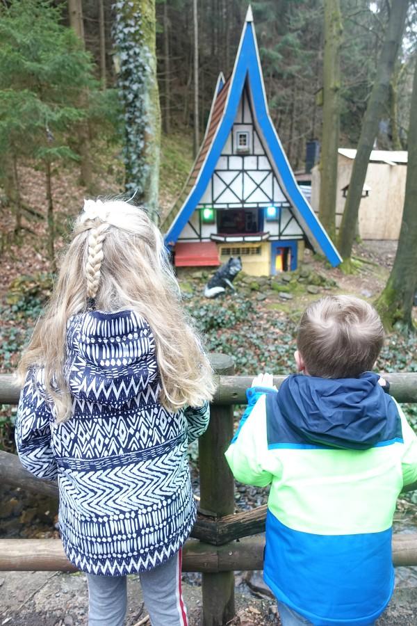 Kinderen bekijken een sprookje in Märchengrund Bad Sachsa
