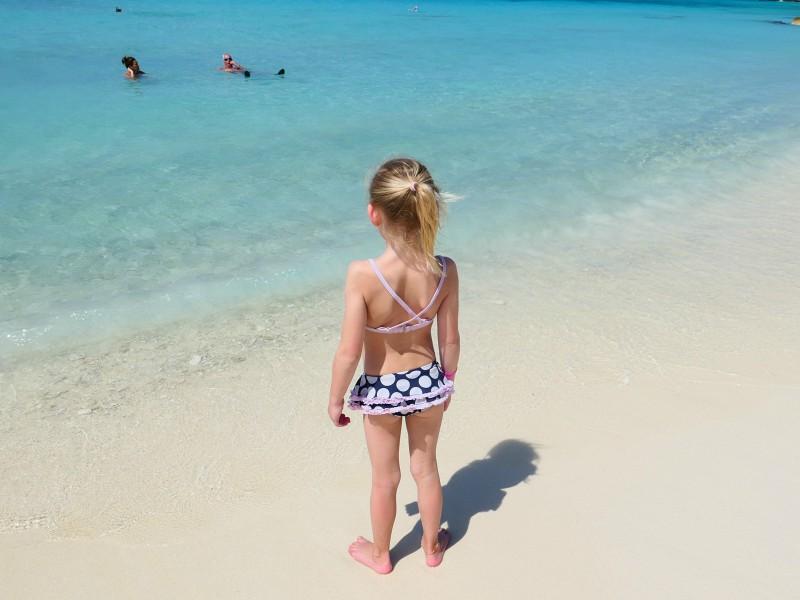 Meisje op het strand van Curacao