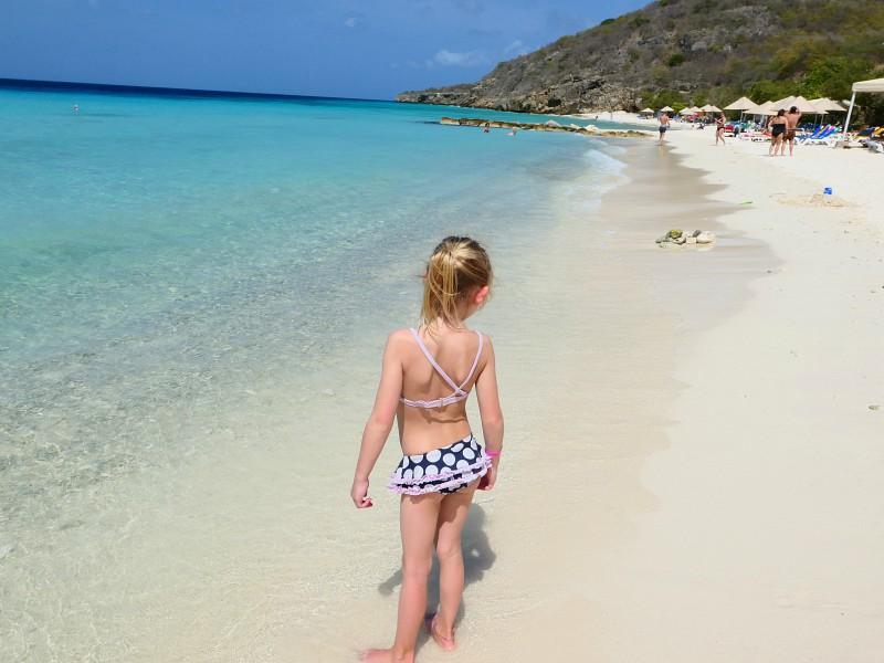 Meisje op het witte strand van Curacao