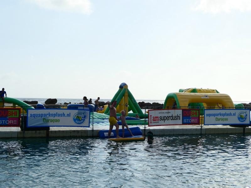 Het aquapark op Mambo Beach Curacao