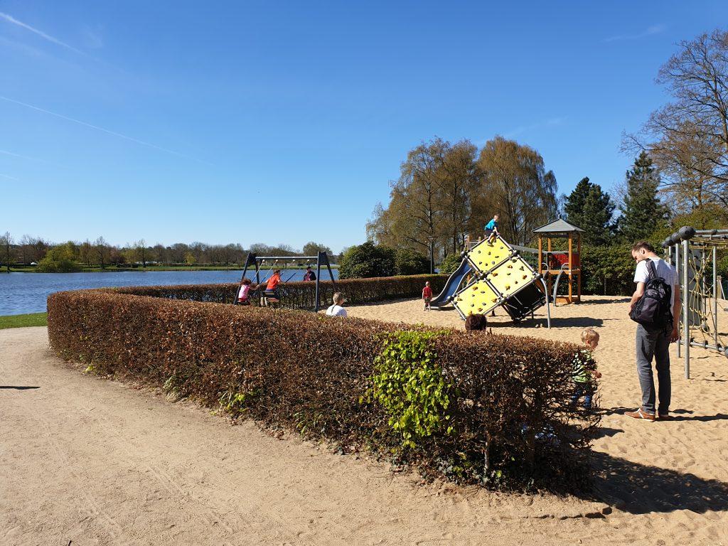 Spelen in de speeltuin in het Dampark in Haderslev