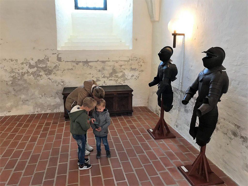 Kinderen volgen de app in Sønderborg Castle