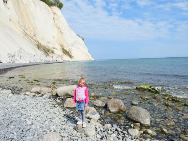 Sanne op het strand bij de krijtrotsen van Møns Klint