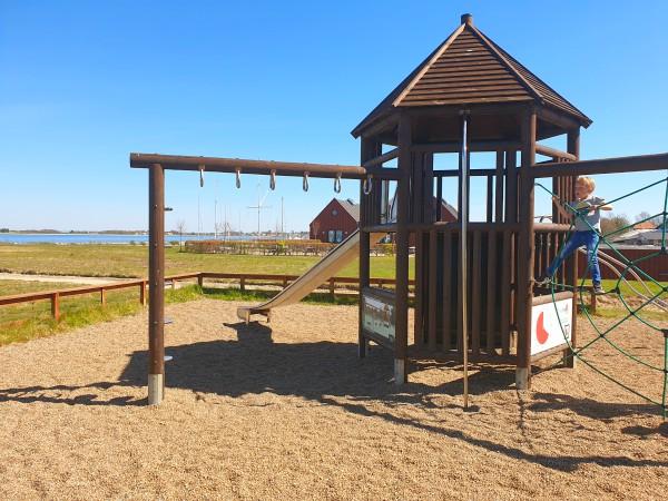 Spelen in de speeltuin op het eiland Årøsund