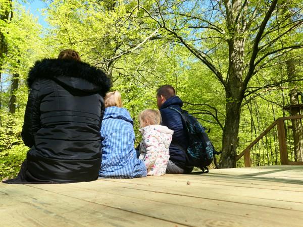 Bianca en haar gezin rusten even uit tijdens de wandeling