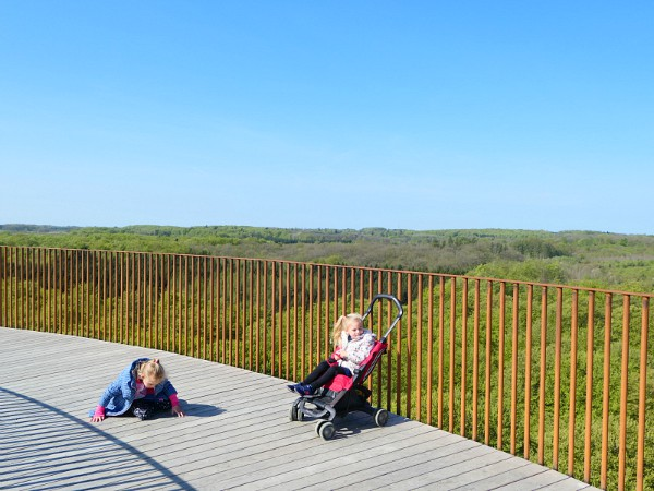 De kinderen rusten uit bovenop de toren