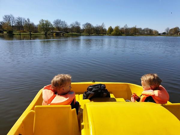 De jongens voorop de waterfiets op het meer bij Haderslev