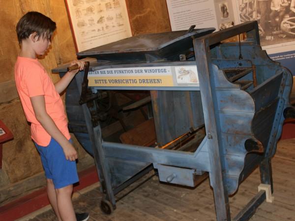 Sven bekijkt de papiermachine