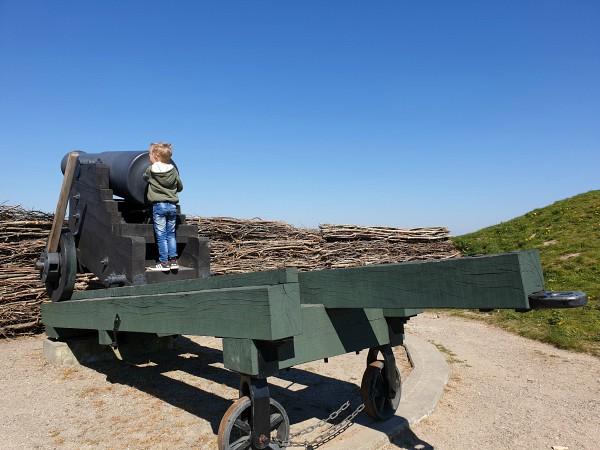Peuter aan het kanon bij Dybbøl Banke