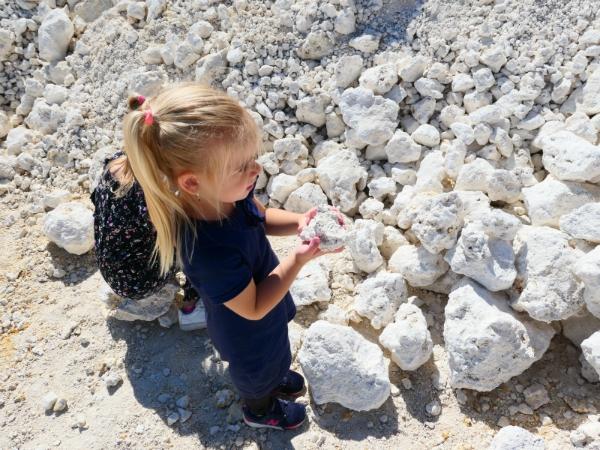 De meiden zijn op zoek naar fossielen en stenen