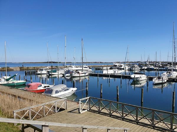 De haven van Årøsund, de boten spiegelen in het water