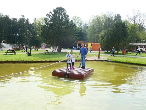 Vader en kinderen op het vlot