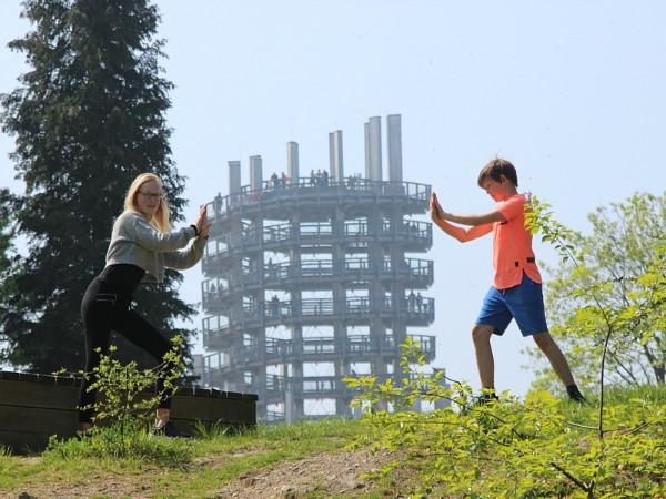 De kinderen houden de uitkijktoren van natuurpark Panarbora tegen