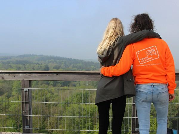 Moeder en dochter genieten van het uitzicht vanaf de uitkijktoren